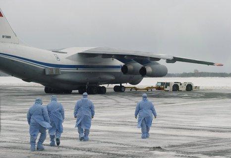 Medizinisches Personal auf dem Militärflughafen am Roshchino International Airport, wo die russischen Staatsangehörigen aus Wuhan gelandet sind.