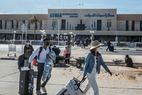 Passagiere am Flughafen Aswan südlich von Kairo